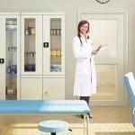 Fenomen mebli metalowych w szpitalach, laboratoriach, gabinetach lekarskich. Czym jest uwarunkowany?